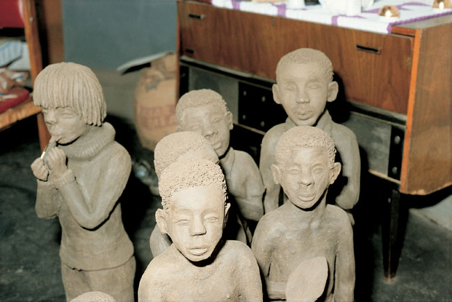 Noria Mabasa metano figurines (1984), smoke-fired clay.